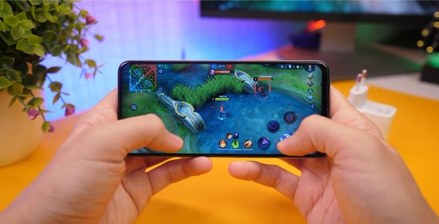 Яркий IPS дисплей у смартфона Realme 6